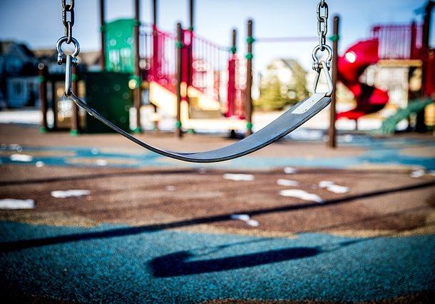 Jakie bezpieczne nawierzchnie warto wykorzystać na placu zabaw?